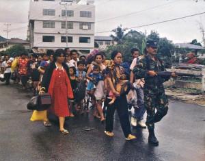 Индонезийские военные эвакуируют беженцев на Амбоне, 1999.