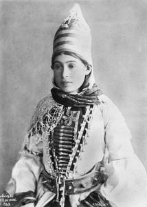 Девушка в традиционном костюме. Фото 1897.