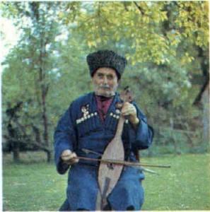 Абхаз, играющий на музыкальном инструменте.