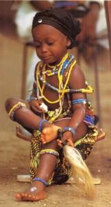 Девочка адангме в традиционном праздничном костюме.