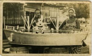 Атаа Око - знаменитый изготовитель традиционных для Ганы гробов со своей третьей женой. Ок. 1960-х гг.