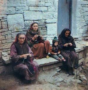 Женщины за вязанием носков.