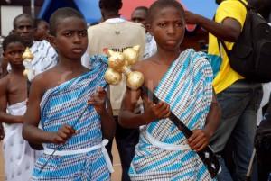 Мальчики с аквапимскими мечами на фестивале в городе Акропонг -столице народа аквапим.
