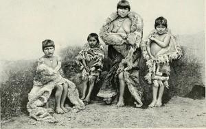Алакалуфы-огнеземельцы, одетые в шкуры гуанако. Фото 1882 г.
