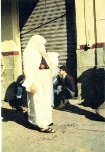 Женщина в районе Баяны (Южный Алжир).