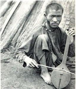 Алтаец, играющий на икили.