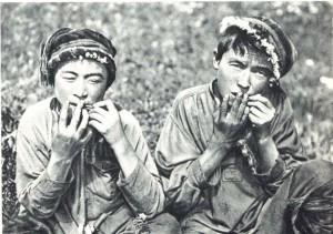 Алтайцы, играющие на кобысе (варгане).