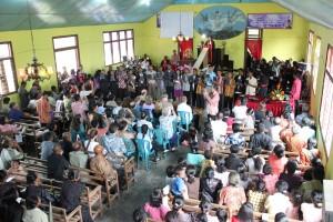 Церковная служба у народа алуне. Перевод библии на их язык был сделан только в 90-е гг. 20 в.