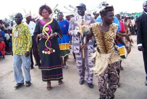 Танцоры приветствуют лидеров трех общин алур (из Конго, Уганды, Западного Нила), заключивших мир в 2012 г. Конфликт между ними длился с 1789 г.