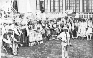 Представители этнических групп на открытии выставки, организованной этнографическим музеем Большого Кливленда.