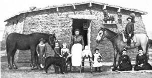 Первопоселенцы в канзасских прериях у жилища из дёрна. 1880-е гг.