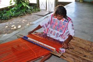 Женщина-амусго за ткацким станком. Основной вид деятельности.