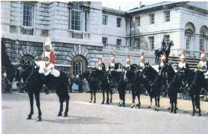 Конные гвардейцы перед сменой караула.