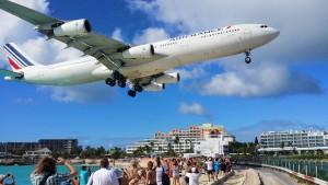 Посадка самолета на острове Синт-Мартен.