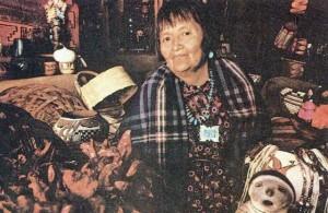 Индейская женщина с произведениями традиционного ремесла.