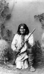 Джеронимо (1820-1909) - один из самых известных вождей равнинных апачей - чирикахуа. Фото 1887.