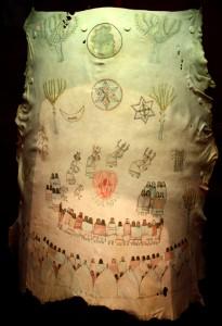 Кусок кожи, изображающей церемонию в честь полового созревания девушки. Фото 1900.