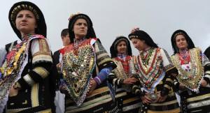 Девушки в традиционных костюмах.