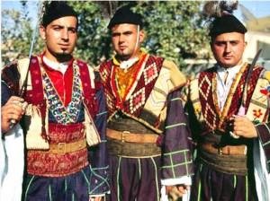 Мужчины в традиционных костюмах.