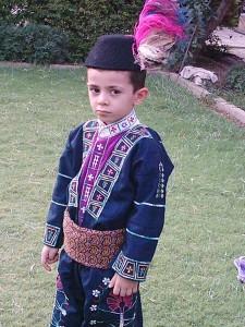 Мальчик в традиционной одежде.