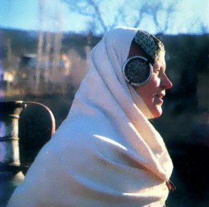 Женщина в традиционном головном уборе с серебряными украшениями.