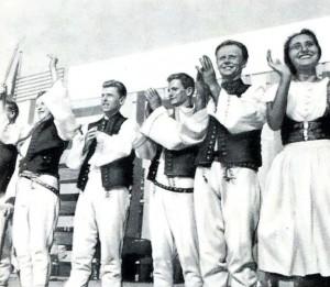 Участники фольклорного ансамбля в традиционных костюмах. Вена. 80-е гг. 20 в.