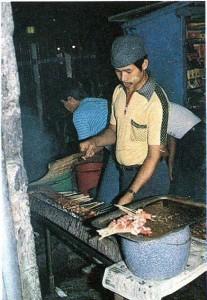 Индонешйцы. Приготовление традиционного Слюда (сатэ). Ява.