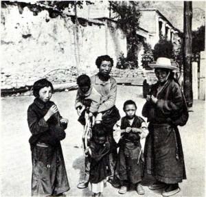 Семья тибетцев.